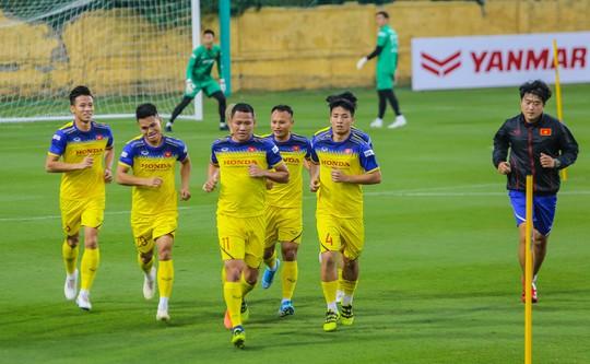 Văn Lâm rạng ngời trong ngày trở lại đội tuyển - Ảnh 10.