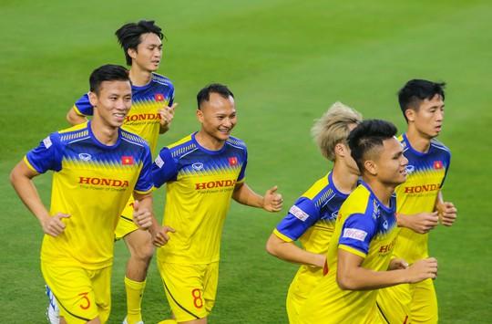 Văn Lâm rạng ngời trong ngày trở lại đội tuyển - Ảnh 11.