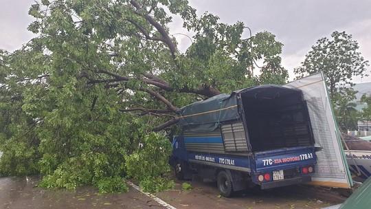 Bình Định: Ngổn ngang sau cơn bão số 5 - Ảnh 11.
