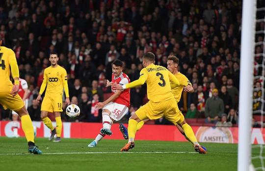 Sao 18 tuổi bùng nổ, Arsenal lên ngôi đỉnh bảng Europa League - Ảnh 2.