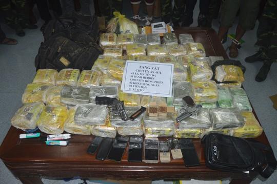 Phá đường dây ma túy khủng xuyên quốc gia, bắt 6 nghi phạm và nhiều vũ khí nóng - Ảnh 2.