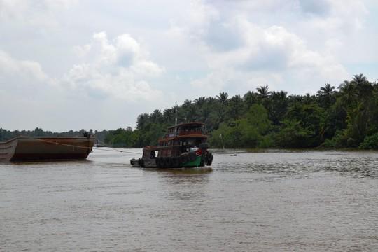 Chìm tàu chở 1.300 tấn than đá dưới kênh Chợ Gạo - Ảnh 1.