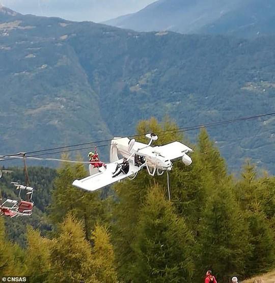 Máy bay rơi, phi công văng lên cánh máy bay lơ lửng giữa trời - Ảnh 1.