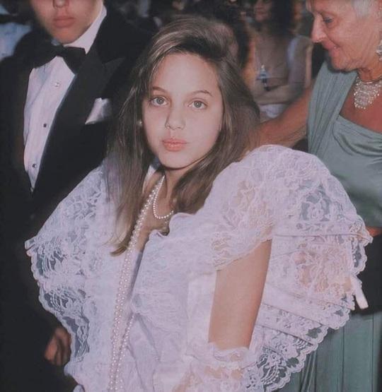 Bất ngờ nhan sắc thời niên thiếu của Angelina Jolie - Ảnh 1.