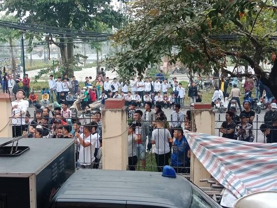 Hàng trăm hot girl, giang hồ mạng, học sinh đến xem xét xử Khá Bảnh - Ảnh 2.