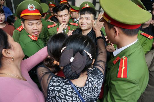 Hàng trăm hot girl, giang hồ mạng, học sinh đến xem xét xử Khá Bảnh - Ảnh 21.