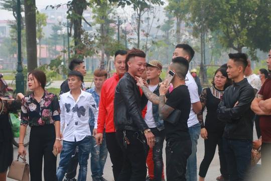 Hàng trăm hot girl, giang hồ mạng, học sinh đến xem xét xử Khá Bảnh - Ảnh 4.