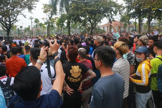 Hàng trăm hot girl, giang hồ mạng, học sinh đến xem xét xử Khá Bảnh - Ảnh 20.