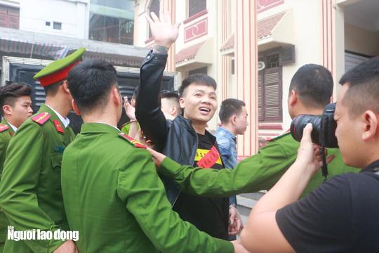 """Bị tuyên phạt 10,5 năm tù, Khá """"Bảnh"""" nhìn người thân cười lúc rời tòa - Ảnh 6."""