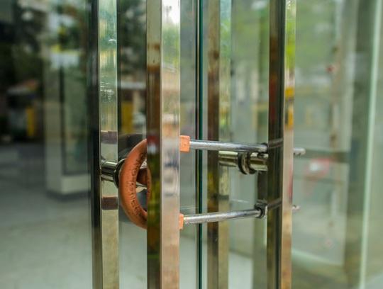 Cận cảnh cửa đóng then cài của chuỗi cửa hàng Seven.Am sau nghi vấn cắt mác Trung Quốc - Ảnh 2.