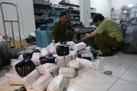 Thu giữ gần 1.500 túi xách giả nhãn hiệu Hermes, Dior, Chanel... giá 30.000-40.000 đồng - Ảnh 2.