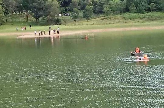 Kéo cáp viễn thông qua hồ, 1 người đuối nước thương tâm - Ảnh 1.