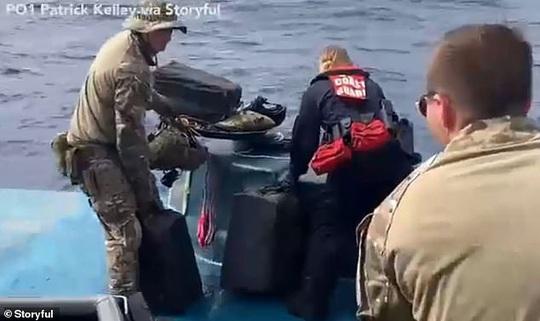 Tuần duyên Mỹ rượt đuổi tàu bán ngầm tự chế khả nghi - Ảnh 2.