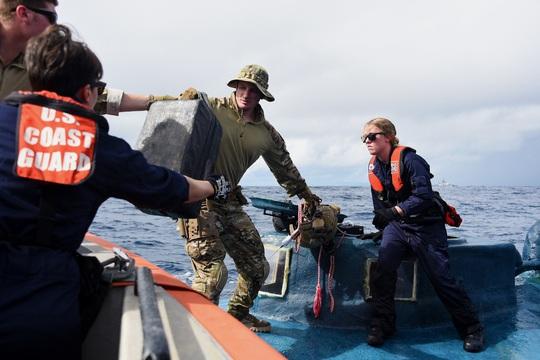 Tuần duyên Mỹ rượt đuổi tàu bán ngầm tự chế khả nghi - Ảnh 3.