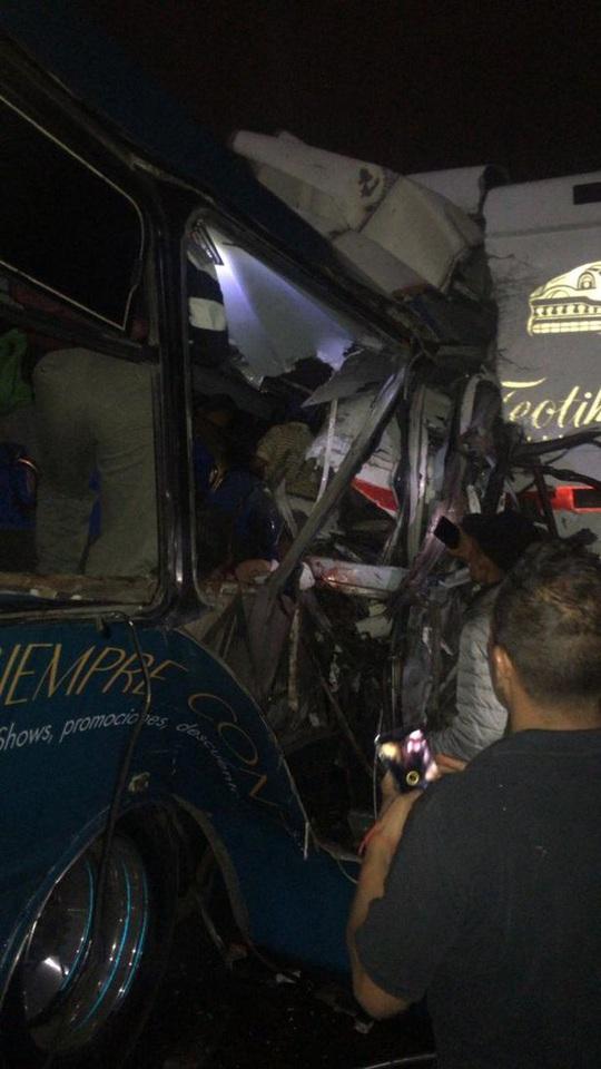 Ba xe buýt va chạm kinh hoàng, hàng chục người thương vong - Ảnh 3.