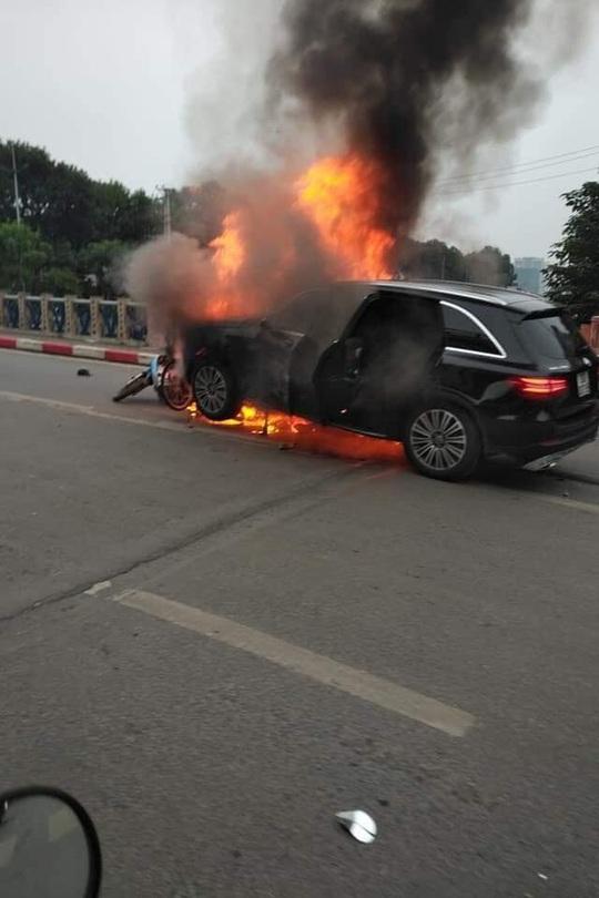Xe Mercedes tông nhiều xe máy trên phố rồi bốc cháy dữ dội, 1 người tử vong tại chỗ - Ảnh 2.