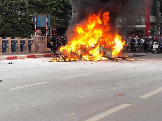 Xe Mercedes tông nhiều xe máy trên phố rồi bốc cháy dữ dội, 1 người tử vong tại chỗ - Ảnh 6.
