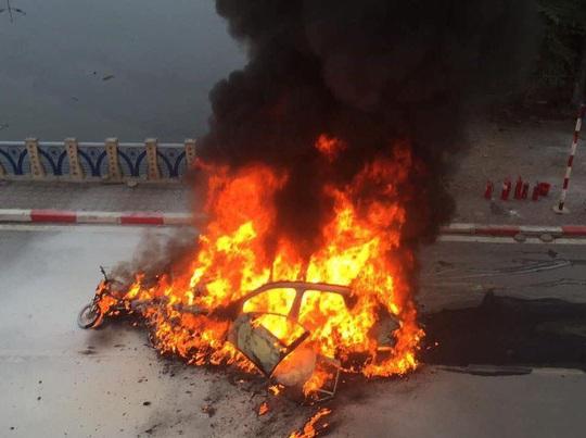 Xe Mercedes tông nhiều xe máy trên phố rồi bốc cháy dữ dội, 1 người tử vong tại chỗ - Ảnh 7.