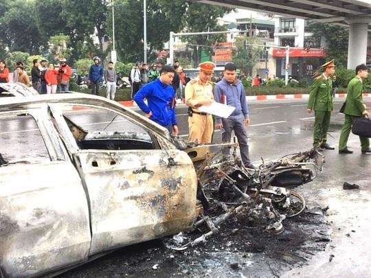 Xe Mercedes tông nhiều xe máy trên phố rồi bốc cháy dữ dội, 1 người tử vong tại chỗ - Ảnh 10.