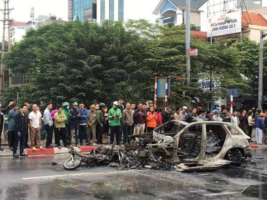 Xe Mercedes tông nhiều xe máy trên phố rồi bốc cháy dữ dội, 1 người tử vong tại chỗ - Ảnh 12.