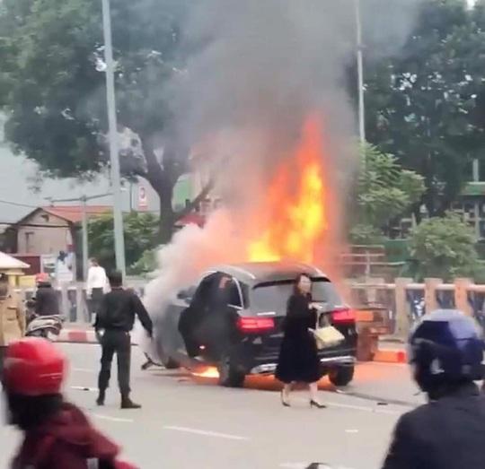 Xe Mercedes tông nhiều xe máy trên phố rồi bốc cháy dữ dội, 1 người tử vong tại chỗ - Ảnh 4.