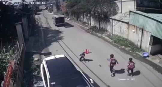 Kinh hãi  3 học sinh trên xe đưa rước đang chạy bất ngờ văng xuống đường - Ảnh 1.