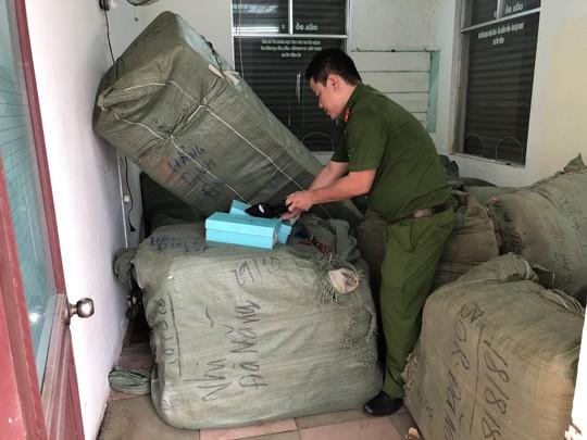 Tạm giữ 8 tấn hàng nhập lậu để bán Tết tại ga đà Nẵng - Ảnh 1.