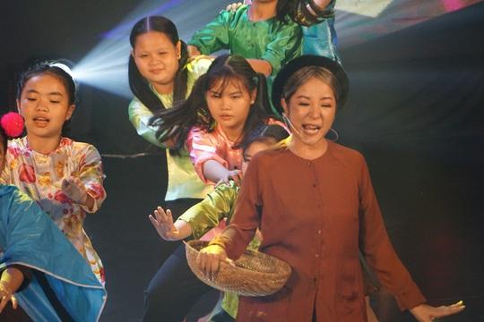 NSND Hồng Vân hóa thân hồn ma nghệ sĩ trong live show Thúy Nga - Ảnh 2.