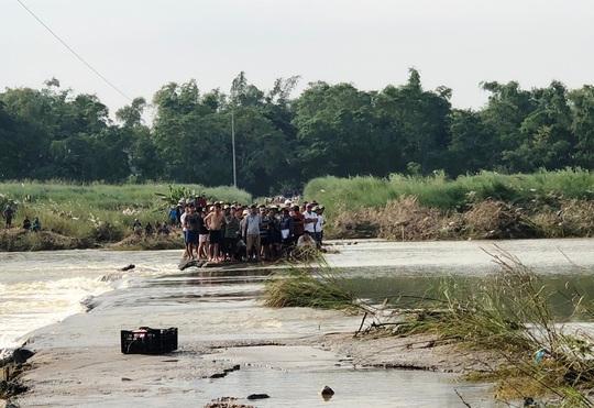 Chính quyền địa phương cấm đò vô cảm, người dân liều mình lội sông chết đuối thương tâm - Ảnh 2.