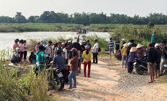 Chính quyền địa phương cấm đò vô cảm, người dân liều mình lội sông chết đuối thương tâm - Ảnh 1.