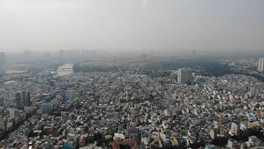 Nhiều tòa nhà cao tầng ở TP HCM biến mất trong sương mù - Ảnh 3.
