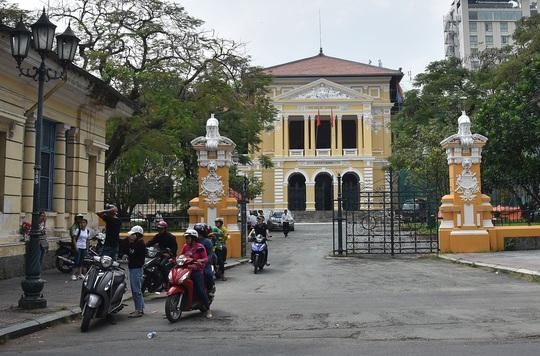 Công sở mở cửa cho ngành du lịch - Ảnh 1.