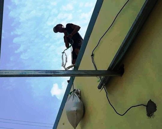 Chằng chống mái nhà chống bão, một người trượt ngã tử vong - Ảnh 1.