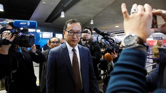 Ông Sam Rainsy lên được máy bay nhưng không có đường về Campuchia? - Ảnh 3.
