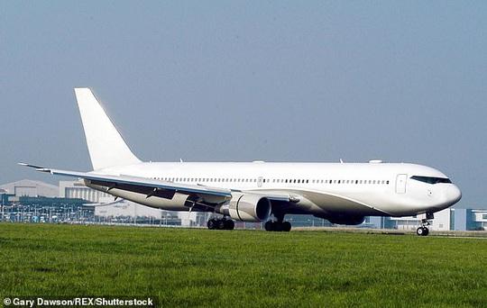 Anh: Bầu trời rền vang khi 2 chiến đấu cơ lao tới chiếc Boeing câm lặng - Ảnh 2.
