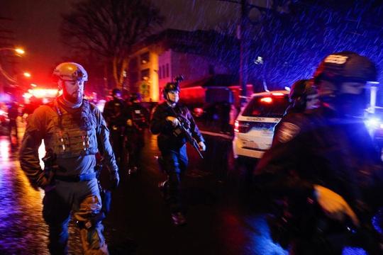 Mỹ: Đấu súng điên cuồng, nhiều người đi đường chết oan - Ảnh 4.