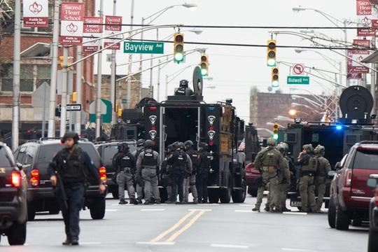 Mỹ: Đấu súng điên cuồng, nhiều người đi đường chết oan - Ảnh 3.