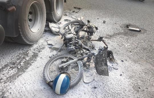 CLIP: Hậu quả tai nạn xe container kéo lê xe máy ở cầu vượt Sóng Thần - Ảnh 3.