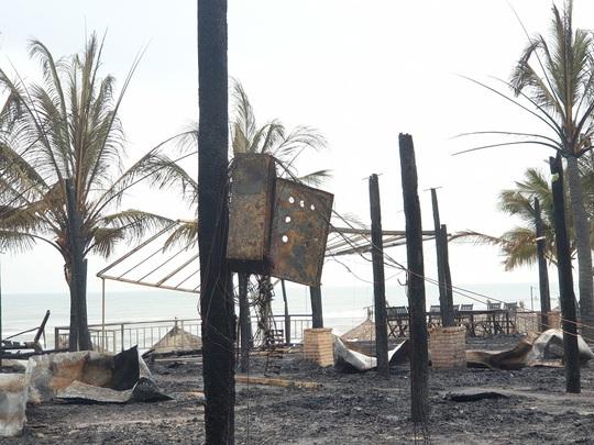 Lửa cháy dữ dội, thiêu rụi 4 nhà hàng ở Hội An - Ảnh 4.