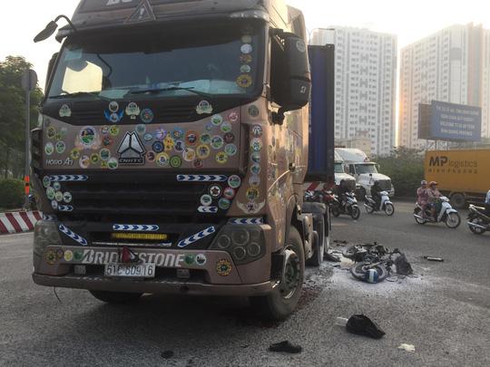 CLIP: Hậu quả tai nạn xe container kéo lê xe máy ở cầu vượt Sóng Thần - Ảnh 2.