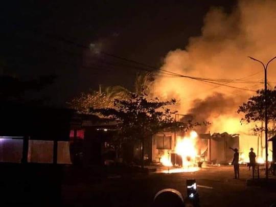 Lửa cháy dữ dội, thiêu rụi 4 nhà hàng ở Hội An - Ảnh 3.