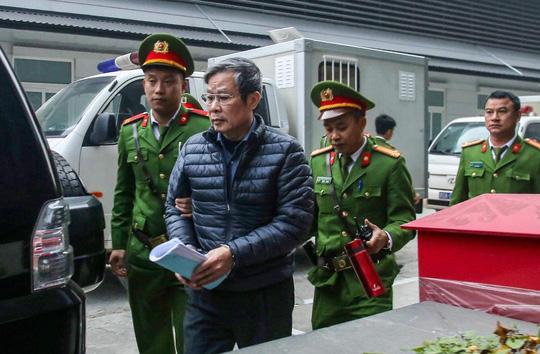 Sức khỏe yếu, các bị cáo Nguyễn Bắc Son và Trương Minh Tuấn được ngồi để trả lời - Ảnh 2.