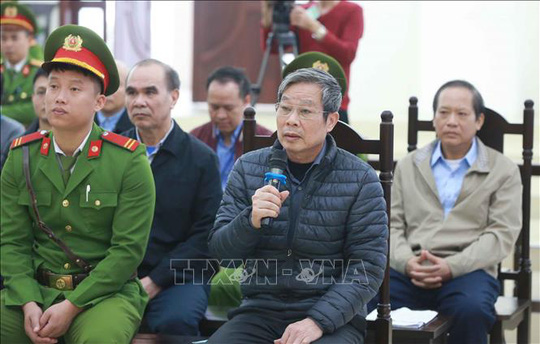 Sức khỏe yếu, các bị cáo Nguyễn Bắc Son và Trương Minh Tuấn được ngồi để trả lời - Ảnh 4.