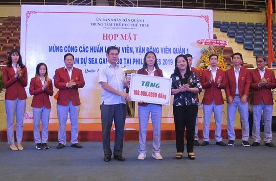 Trung tâm TDTT Quận 1 khen thưởng HLV, VĐV tham dự SEA Games 30 - Ảnh 1.