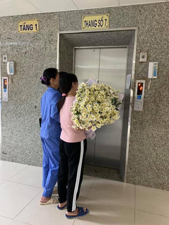 Nhói lòng người mẹ ôm hoa cúc trắng đến đón con trai hiến tạng về nhà - Ảnh 1.