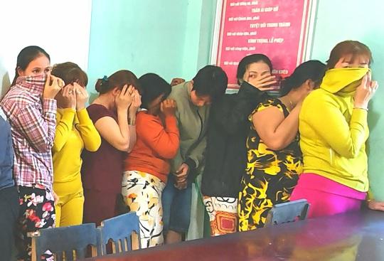 17 quý bà đánh bạc trong chòi hoang để... kiếm tiền ăn Tết - Ảnh 3.