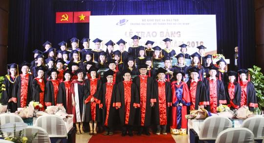Trường ĐH Mở TP HCM trao 232 bằng tiến sĩ, thạc sĩ - Ảnh 3.