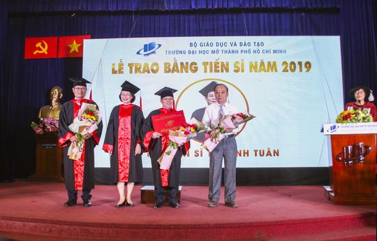 Trường ĐH Mở TP HCM trao 232 bằng tiến sĩ, thạc sĩ - Ảnh 2.
