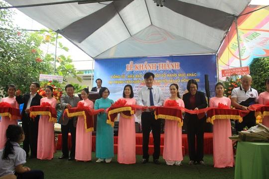 Trao 330 suất quà cho trẻ em khuyết tật và người nghèo tại huyện Nghĩa Hành - Ảnh 2.