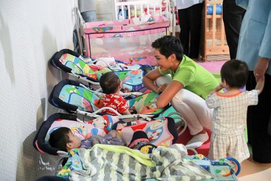 H'hen Niê gây quỹ hơn 22.000 USD cho tổ chức Room to read - Ảnh 4.